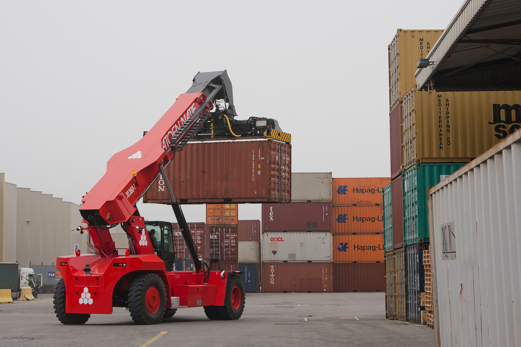 HSS Lifetime Cost Benefits Of Heavy Forklifts Win Over 3PL